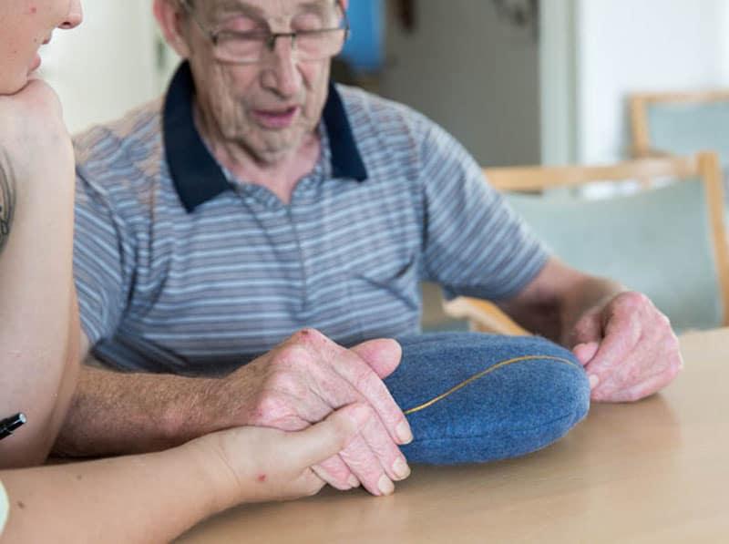 Mand med demens i seng med inmuRELAX